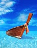 布朗木小船在蓝色海 免版税库存图片