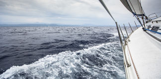 帆船在多暴风雨的天气的海乘快艇 免版税库存图片