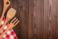 在木桌的厨房炊事用具 库存图片