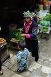 地方越南妇女在市场上 免版税库存照片