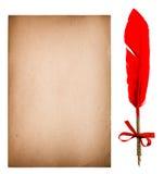 与羽毛墨水笔的老纸板料 脏的纹理 图库摄影