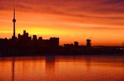 火焰状焕发黎明多伦多地平线 免版税图库摄影