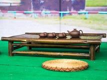 繁体中文茶道辅助部件(茶杯和投手)在茶几上 库存图片