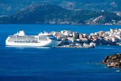 白色客船在离贴水的附近帕帕佐普洛斯海岸  克利特 免版税库存照片