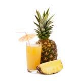 热带水果菠萝,在白色背景的玻璃汁液 免版税库存照片