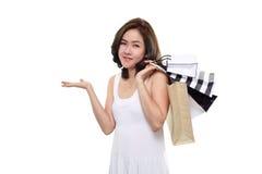 在白色背景隔绝的购物妇女亚洲愉快的微笑的举行的购物袋 免版税图库摄影