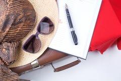 Εκλεκτής ποιότητας βαλίτσα ταξιδιού με τα γυαλιά και το σημειωματάριο Στοκ Φωτογραφίες