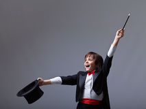 执行把戏的年轻魔术师 库存照片