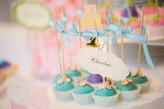 Το κέικ γαμήλιων επιδορπίων σκάει Στοκ εικόνες με δικαίωμα ελεύθερης χρήσης