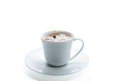 有下落的咖啡杯 库存图片