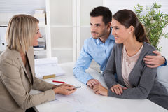 专业业务会议:作为顾客的年轻夫妇和  免版税库存照片