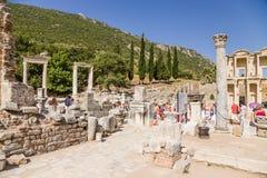 以弗所,土耳其考古学站点  在图书馆正方形,罗马时期的古老废墟 库存照片