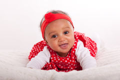 微笑一点非裔美国人的小女孩画象-黑色 免版税库存照片
