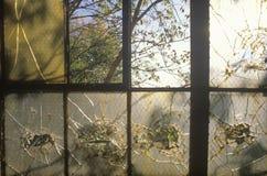 残破的窗口在被放弃的工厂,东部圣路易斯,密苏里 免版税库存图片