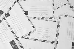 堆航空邮件信封 免版税库存图片