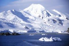 在半月岛,布兰斯菲尔德海峡,南极洲附近的冰山 免版税库存图片