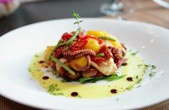 开胃菜用烤章鱼、土豆和菜 免版税图库摄影