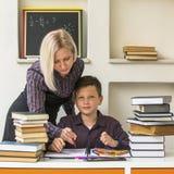 Σχολικό αγόρι και ο δάσκαλός του εργασία Στοκ εικόνες με δικαίωμα ελεύθερης χρήσης