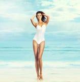 Молодая и подходящая женщина в купальнике Стоковая Фотография RF