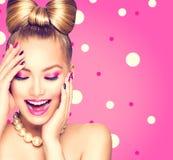 Девушка красоты модельная с стилем причёсок смычка Стоковое Фото