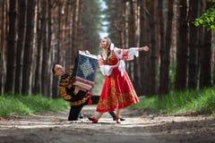 结合在俄国传统礼服的跳舞在自然 免版税库存照片