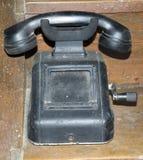 葡萄酒-多灰尘的老电话 免版税库存图片