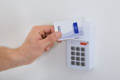 Χρησιμοποίηση της κάρτας ασφάλειας Στοκ Εικόνες