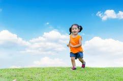 亚洲女婴微笑和赛跑 免版税库存图片