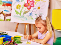 在画架的儿童绘画 免版税库存图片