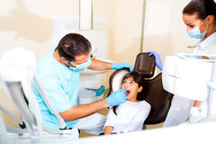 牙科医生的小女孩 免版税库存照片