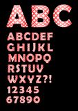 字母表在控制中设计、大写和信件在红色和白色设计,数字、问题和惊叹号 库存照片