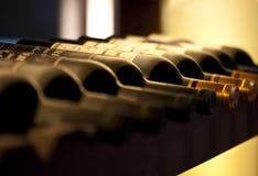 разливает красное вино по бутылкам Стоковое фото RF