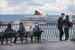 西勒鸠斯港  夫妇拥抱 长凳的某些人 免版税库存照片