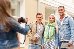 拍照片的小组微笑的朋友户外 免版税库存照片