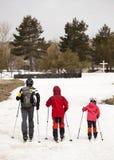 实践速度滑雪的家庭 火山埃特纳火山,西西里岛 意大利 免版税库存图片