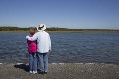 在水的资深夫妇 免版税图库摄影