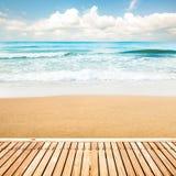 在海滩的木走道 免版税库存照片