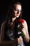 有一朵红色玫瑰的肉欲的少妇 库存照片