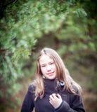 девушка представляя детенышей Стоковые Фото