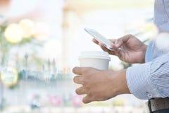 Η εκμετάλλευση χεριών ατόμων παίρνει μαζί το φλυτζάνι καφέ Στοκ εικόνες με δικαίωμα ελεύθερης χρήσης