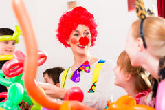 儿童生日聚会的小丑与孩子 库存图片