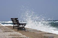 由海的一条偏僻的长凳 免版税图库摄影