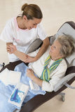 Вынянчите позаботиться о старшая женщина в доме престарелых Стоковое Изображение RF