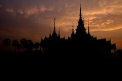 由大理石和水泥做的美丽的阴影寺庙在日落时间 库存照片