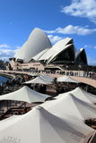 Όπερα του Σίδνεϊ κάτω από το μπλε ουρανό Στοκ Εικόνες