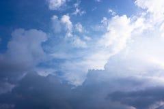 飞行在蓬松云彩之间,梦想 库存照片