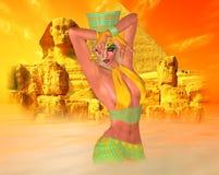 沙漠沙尘暴的埃及妇女与狮身人面象和古老废墟在背景中 免版税库存图片