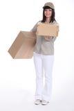 包裹的年轻送货员 免版税库存照片