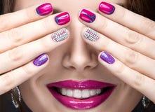 有明亮的晚上构成的美丽的女孩和与假钻石的桃红色修指甲 钉子设计 秀丽表面 免版税库存照片