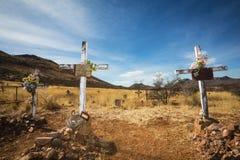 与耶稣受难象的老坟墓 免版税库存图片